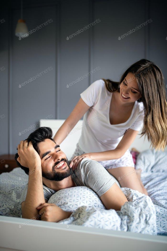 glücklich junge paar machen massage in Schlafzimmer