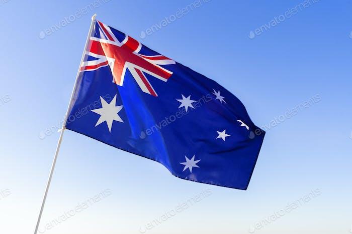 Bandera de Australia ondeando contra el cielo azul