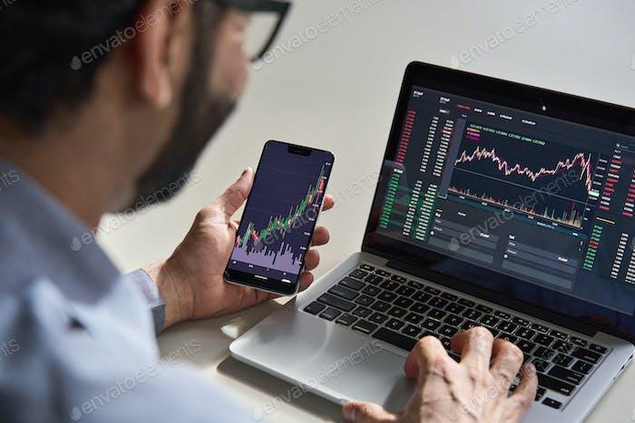 Hombre de negocios comerciante analista inversor comprobando los datos de trading.