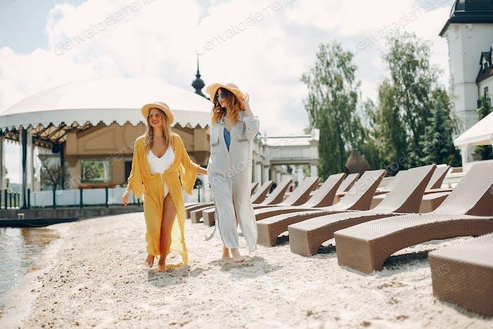 Zwei elegante Mädchen auf einem Resort