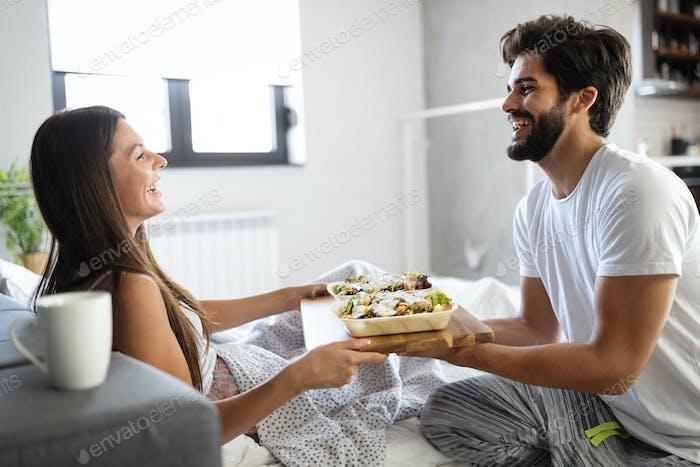 Liebevolles Paar mit Frühstück im Bett. Liebevolles Paar. Familienbeziehungen