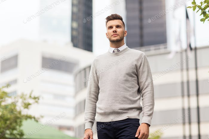Hombre joven en la calle de la Ciudad
