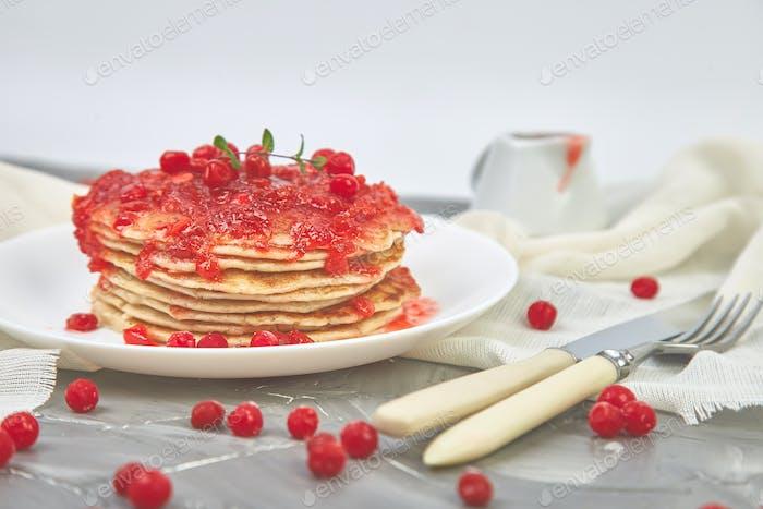 Amerikanischer Pfannkuchen mit Marmelade - Beere, Viburnum, Preiselbeere