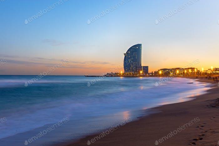 La Playa de Barcelona al atardecer