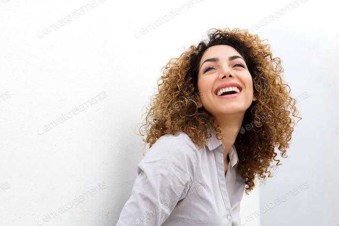 lächelnde junge Frau lächelnd vor weißem Hintergrund