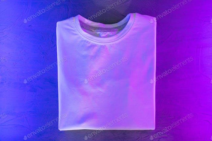 Camiseta unisex de color blanco con luz neón