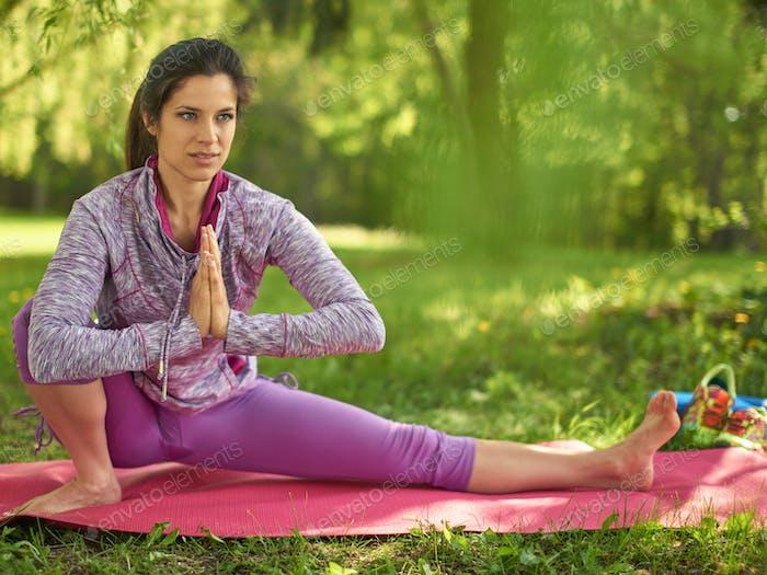 Ruhige und friedliche Frau üben achtsam Bewusstsein Achtsamkeit