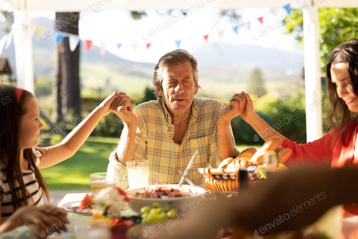 Familienessen im Sommer zusammen im Freien