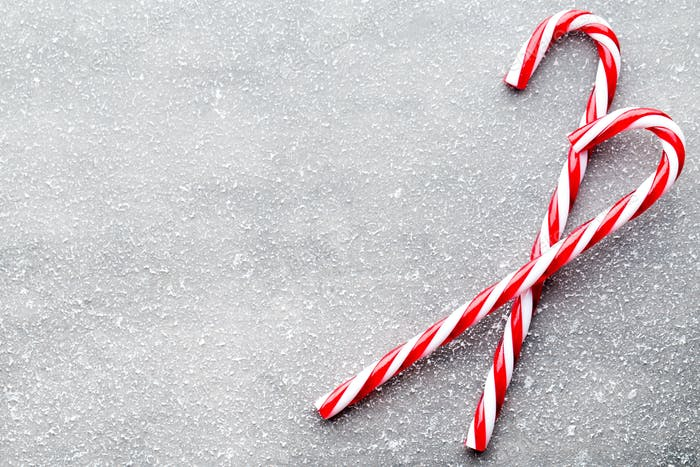 Zuckerrohr. Weihnachtsdekore mit grauem Hintergrund.