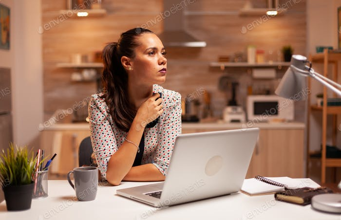 Mujer pensando en su carrera