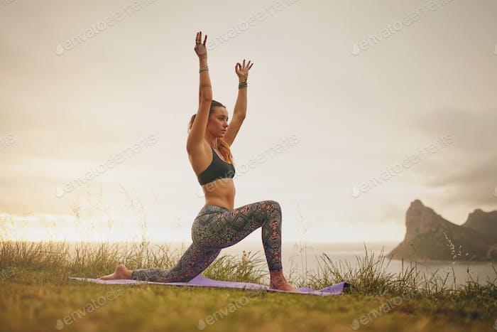 Muskuläre Frau praktiziert Yoga