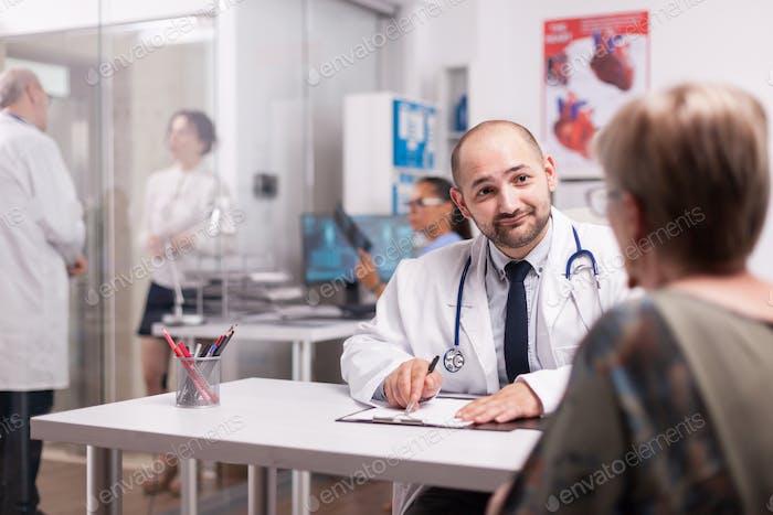 Junger Arzt und Seniorpatienten