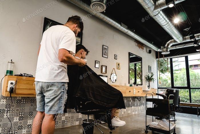 В винтажном парикмахерской