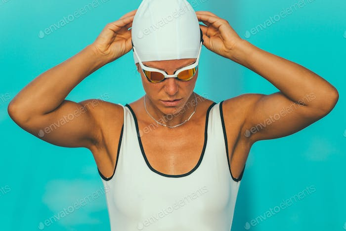 Female swimmer prepraing for race