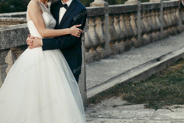 элегантная невеста и жених мягко обнимают