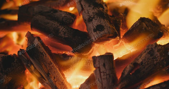 Barbecue Holzkohle auf Feuer