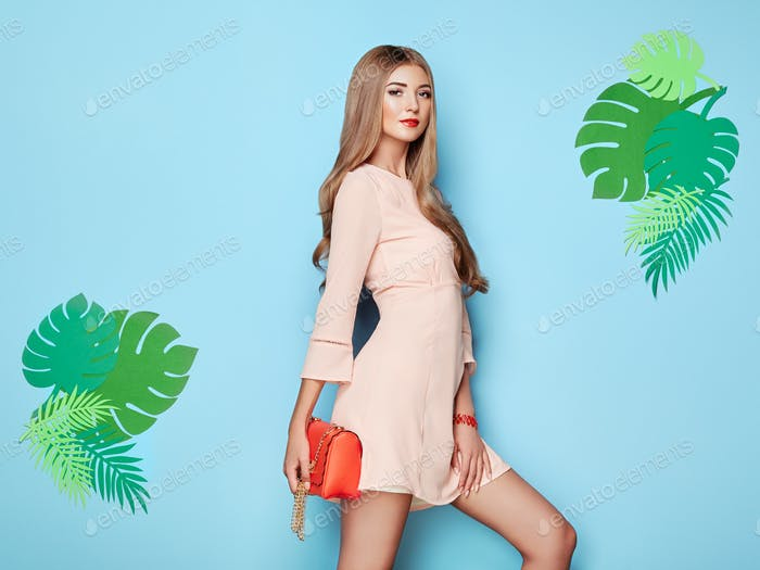 Blonde junge Frau in Blumen-Frühling-Sommer-Kleid