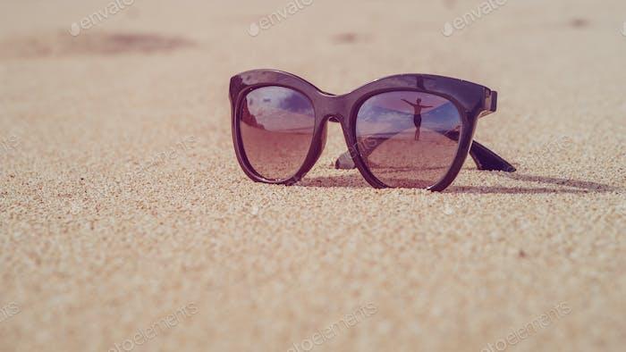 Happy Beautiful Girl Reflektierende in Sonnenbrille auf Sand Beach Bali