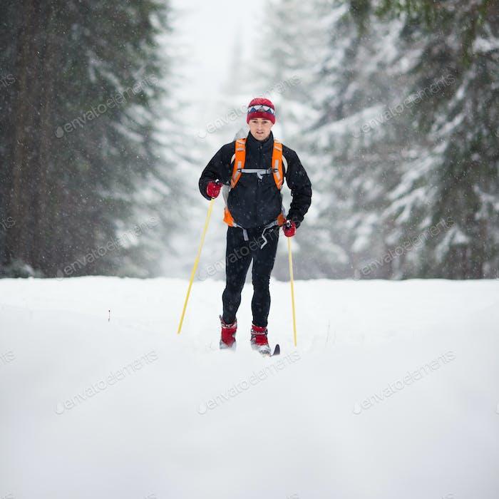 Langlauf: junger Mann Langlauf auf einem schönen