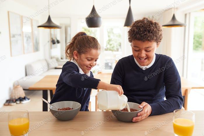 Kinder am Küchentheke Essen zuckerhaltiges Frühstück, bevor Sie zur Schule gehen