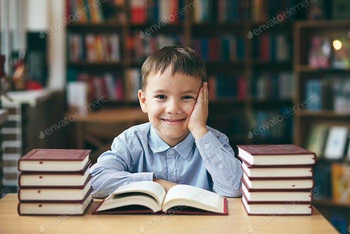 Chico disfrutando de libros