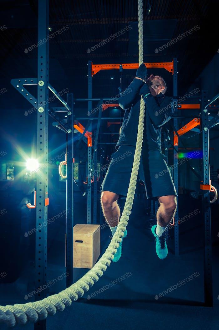 Crossfit-Sportler mit einem Seil