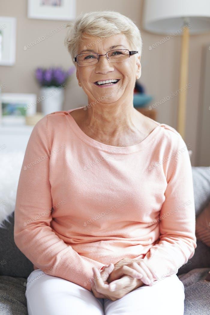 Porträt von schönen glücklichen Senior Frau