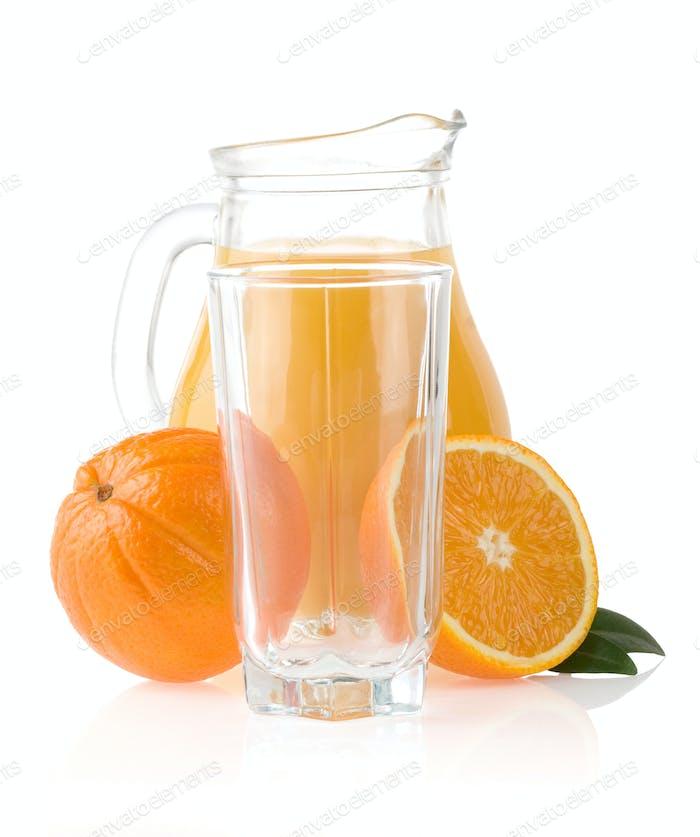 Orangenfrucht und Saft in Glas und Krug