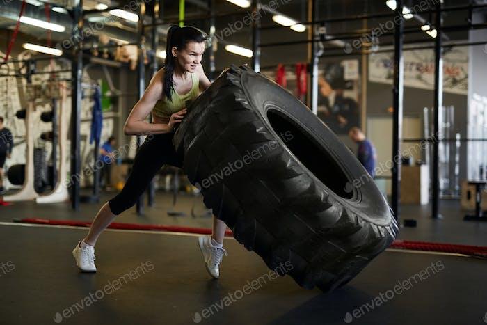 Frau Flipping Truck Reifen in Gym