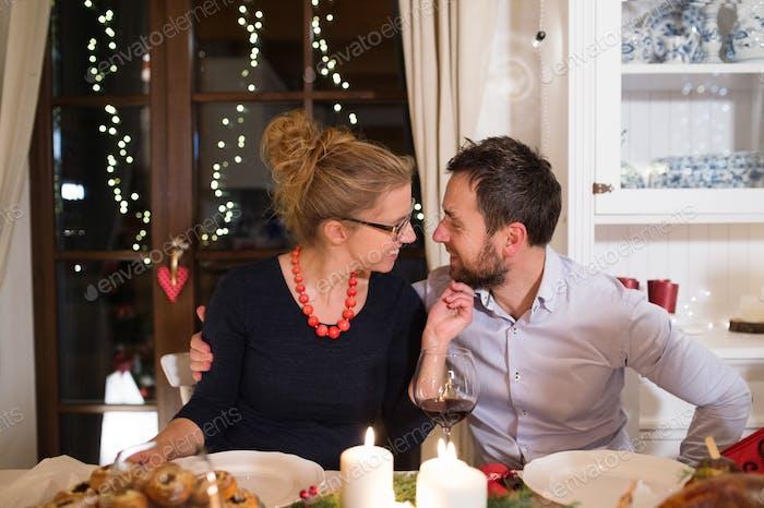 Junges Paar feiert Weihnachten zusammen zu Hause.