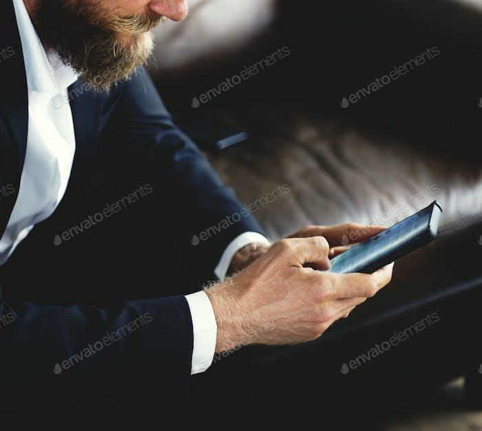 Menschen, die Smartphones benutzen