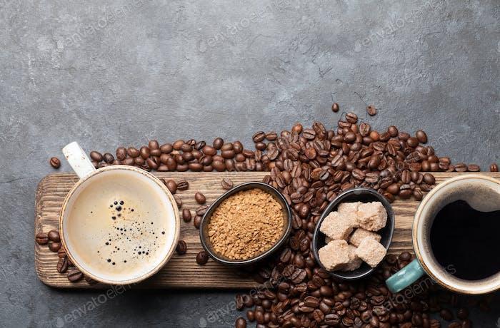Kaffeetassen und geröstete Bohnen