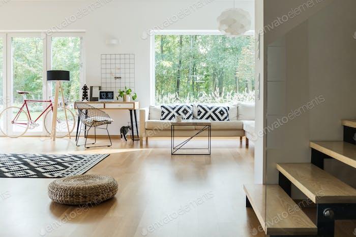 Geräumiges Wohnzimmer mit Arbeitsbereich