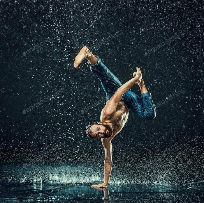 Der männliche Break Tänzer im Wasser.