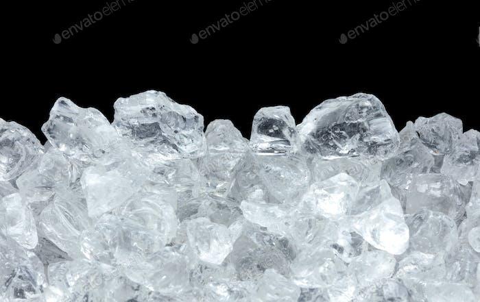 Eishaufen auf schwarzem Hintergrund