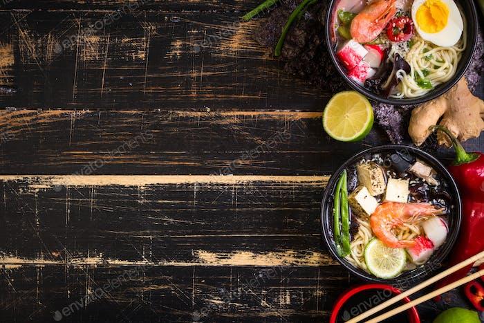 Tisch serviert mit asiatischer Nudelsuppe Hintergrund