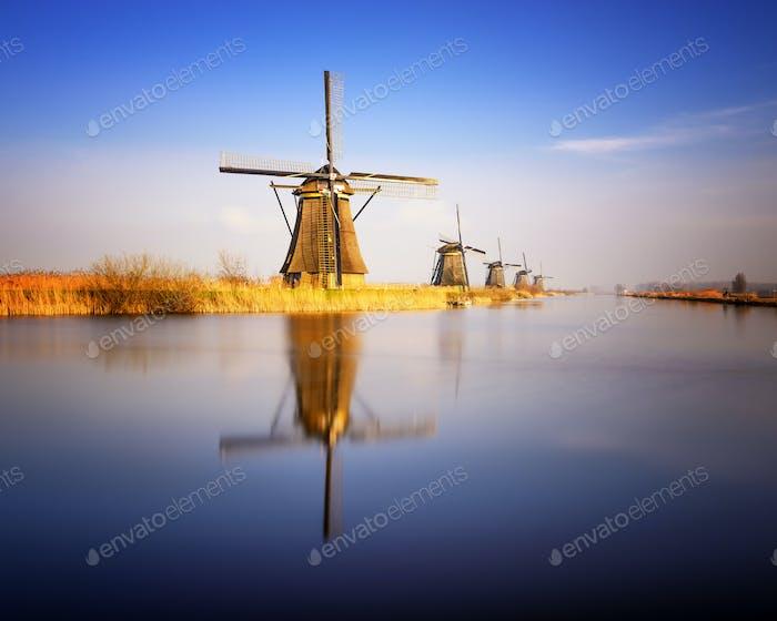 Blick auf den Sonnenuntergang bei der typischen Windmühle in Kinderdijk, Holland.