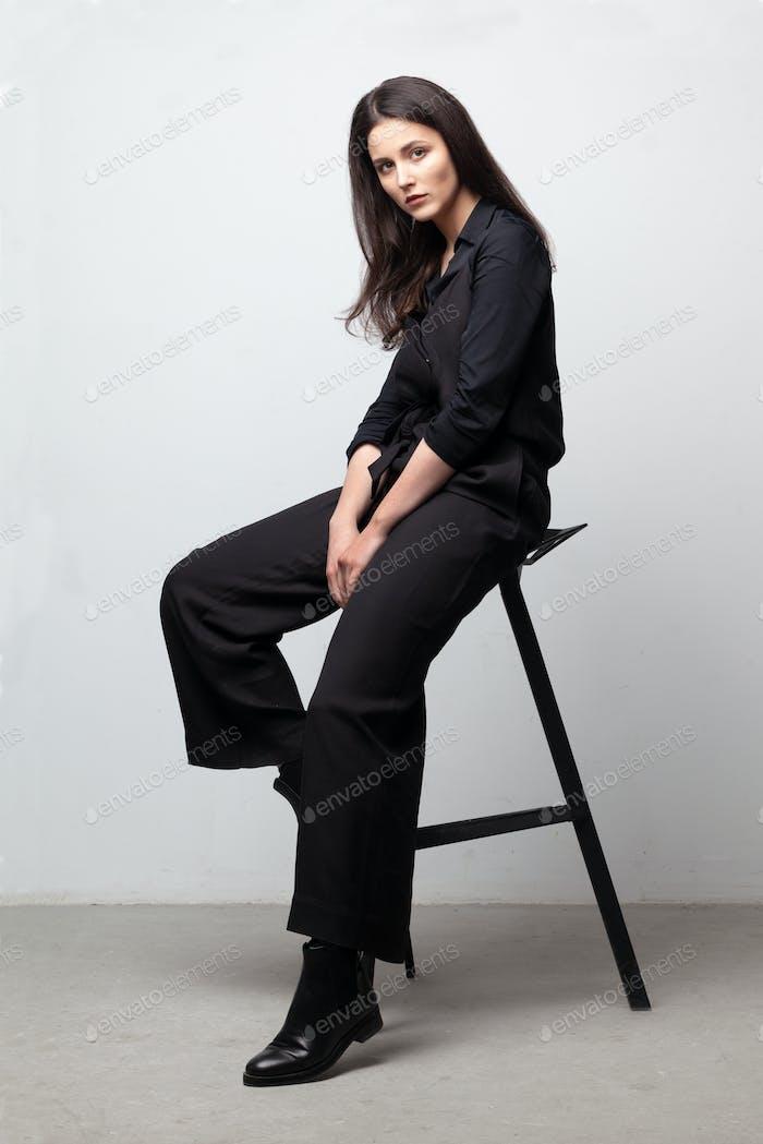 elegante morena en silla