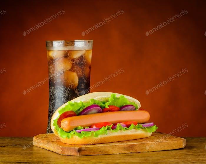 Hot Dog Sandwich mit kalter eisiger Cola