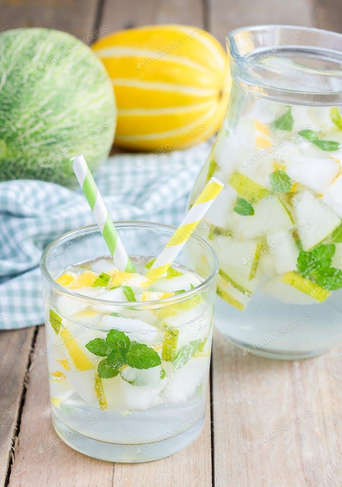 Sommercocktail aus Melone, Minze und Sodagetränk