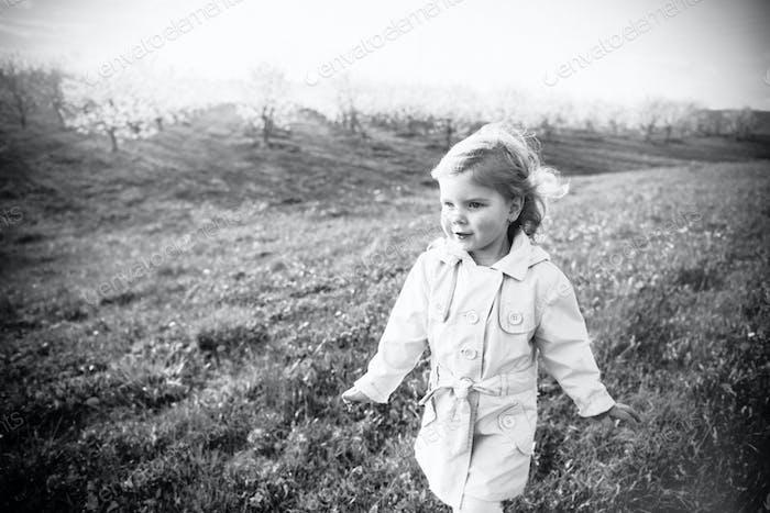 Schwarz-Weiß-Foto des Kindes zur Natur. Kunstverarbeitung