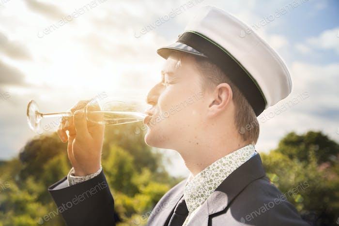 Junger Mann trinken Champagner
