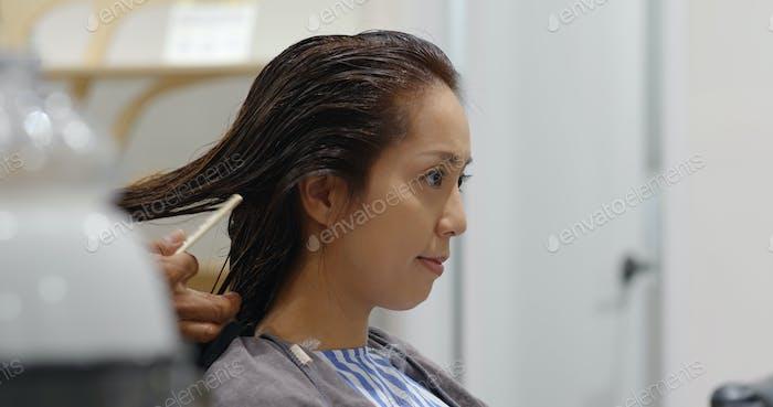 Asiatische Frau mit Feuchtigkeit Haarbehandlung im Schönheitssalon