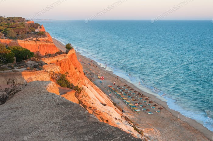 Falesia Strand von der Klippe bei Sonnenuntergang gesehen