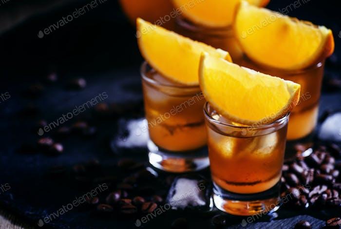 Cocktailhummel mit Orangensaft, Karamellsirup und Espresso