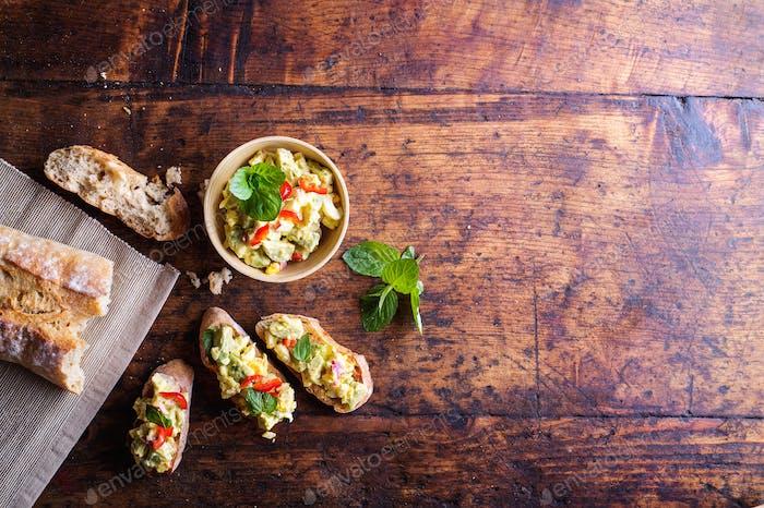 Bruschetta mit Avocado-Aufstrich