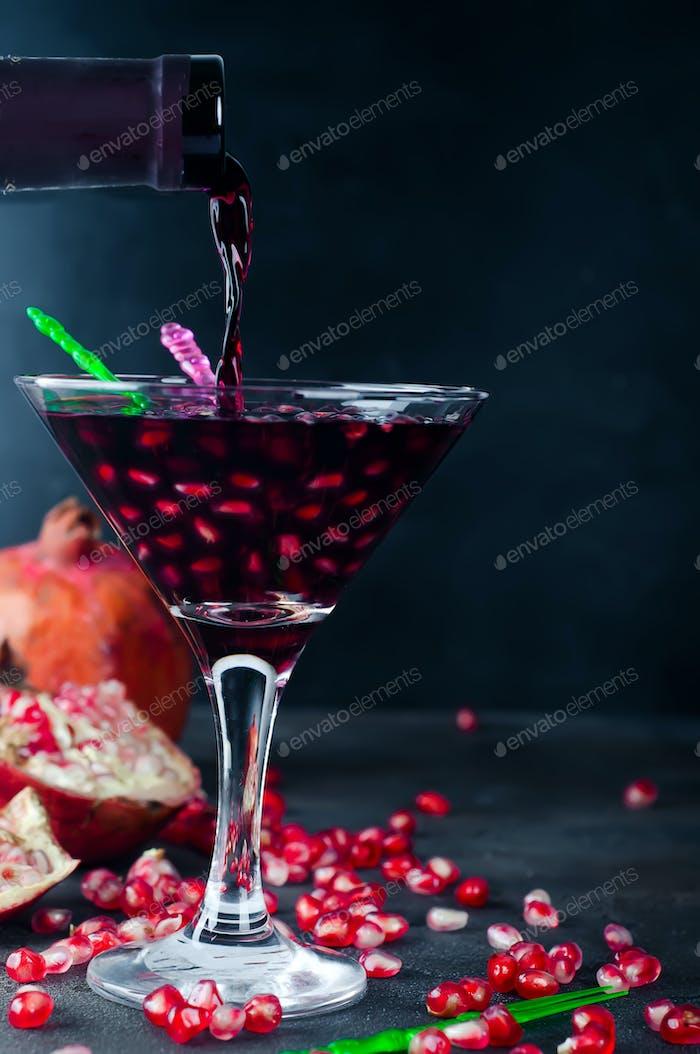 Gießen Getränk in ein Glas