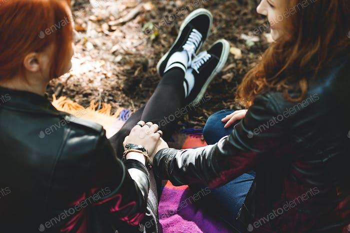 Lesben Mädchen halten Hände