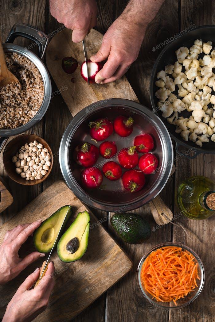 Vorbereitung Salat Gemüse, Buchweizen und Kichererbsen Draufsicht