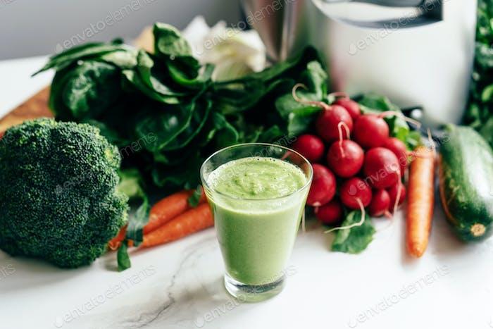 Gekochter Smoothie auf dem Tisch in der Küche. Gemüseernährung. Gesundes Lifestyle-Konzept